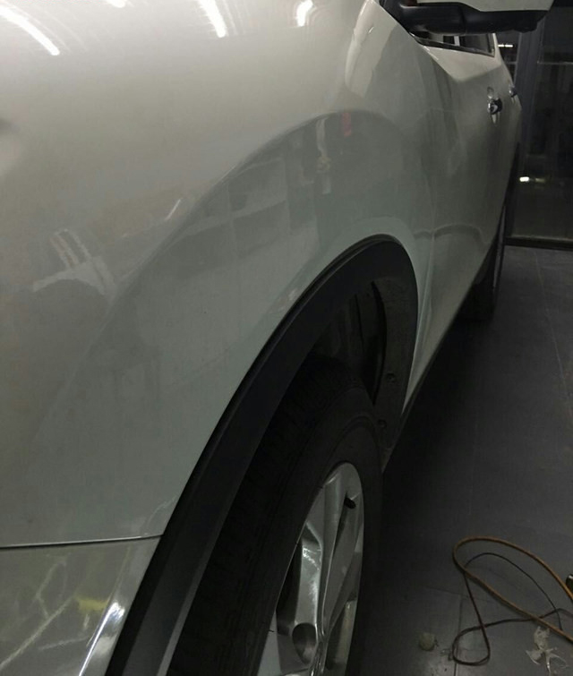 汽车前翼子板凹陷修复后