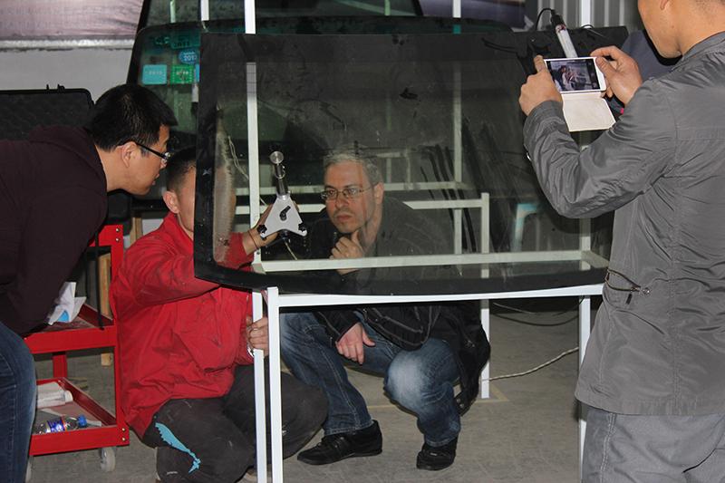 为外国客户演示挡风玻璃修复
